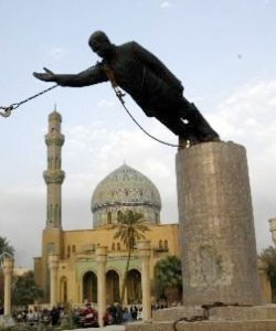 Soldiers removing the statue of Saddam
